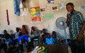Le rôle d'un casque bleu expliqué aux enfants de rues de Cap-Haitien