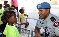 Haïti : Des policiers canadiens font la cuisine pour les orphelins