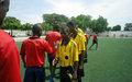 Un Volontaire des Nations Unies met sa passion du football au service des quartiers défavorisés